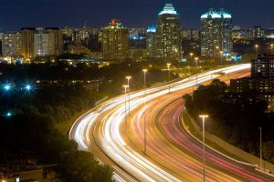 800px-Highway_401_Night_Lapse_Busy